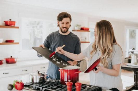 男が結婚するメリット:家事を分担して負担を減らせる